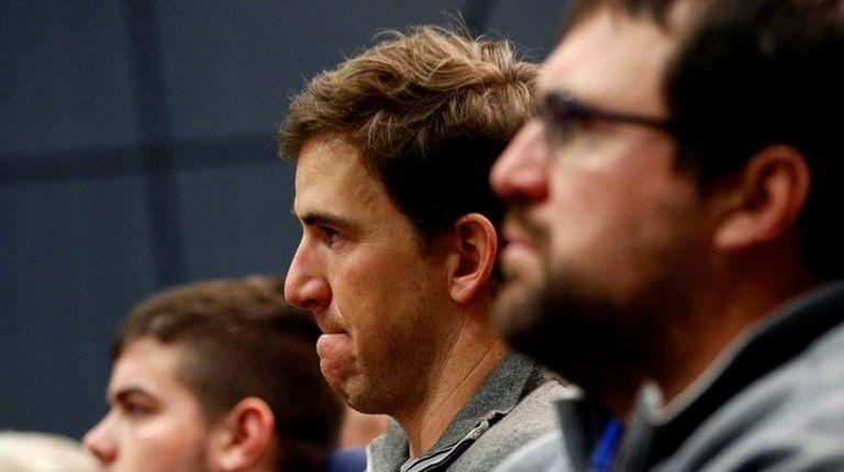 New York Giants quarterback Eli Manning, center,