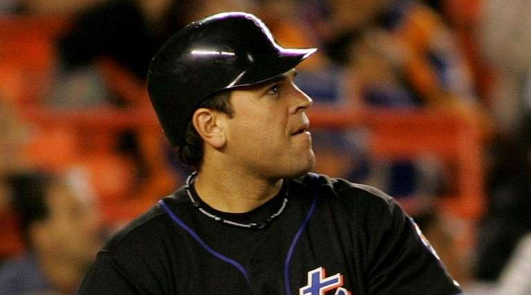 Mets' Mike Piazza watches his solo home