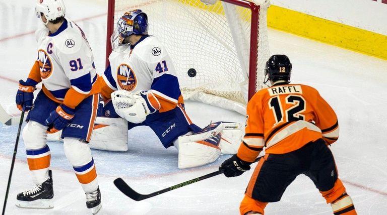 Philadelphia Flyers left wing Michael Raffl scores on