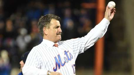 Mets great Keith Hernandez throws out the