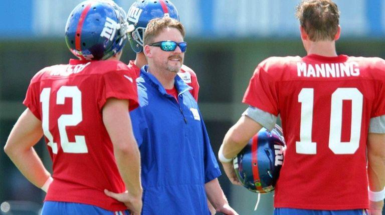 New York Giants offensive coordinator Ben McAdoo, center,
