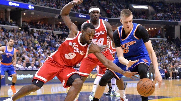 Memphis Grizzlies guard Tony Allen tries to steal