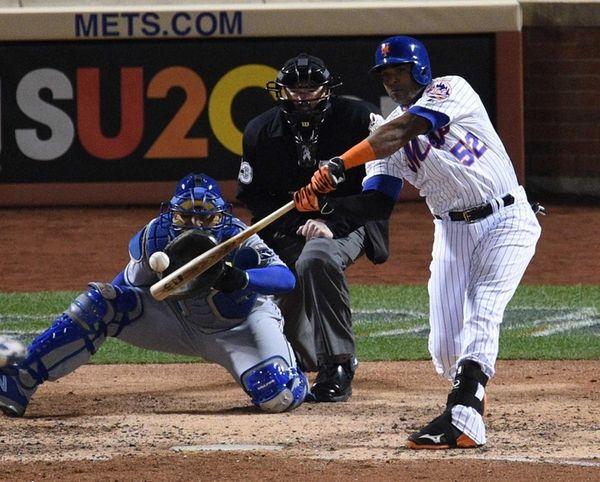 New York Mets centerfielder Yoenis Cespedes singles