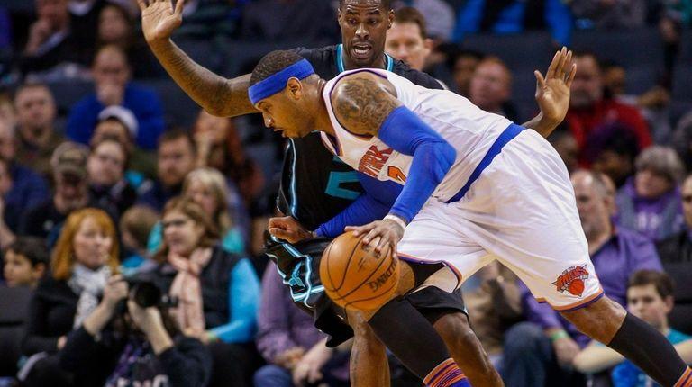 New York Knicks forward Carmelo Anthony drives around