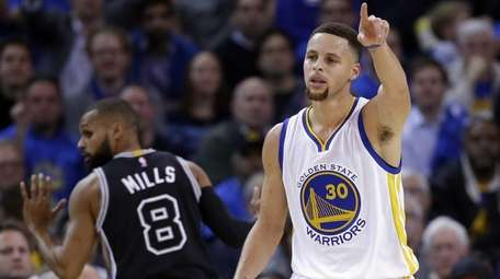 Golden State Warriors' Stephen Curry lobbies for possession