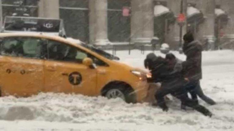#snowyoudidnt #blizzard2016 #snow #somuchsnow #carstuck #stuckinsnow #yellowcab #newyork