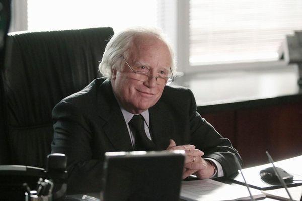 Richard Dreyfuss portrays the convicted swindler in