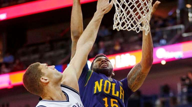 New Orleans Pelicans forward Alonzo Gee, right, gets