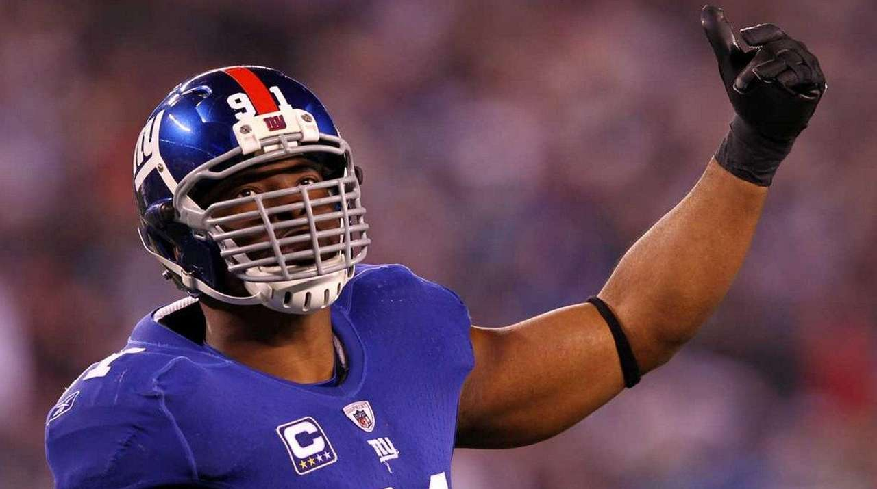 Justin Tuck of the New York Giants attempts
