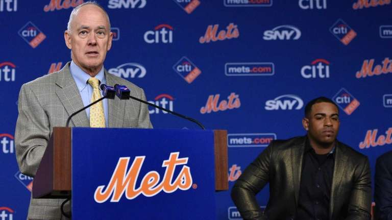 New York Mets General Manager Sandy Alderson introduces