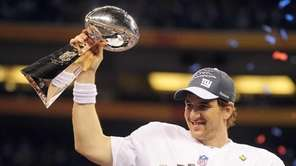 Eli Manning holds aloft the VInce Lombardi Trophy