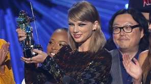 Taylor Swift leads the 2016 iHeartRadio Music Awards