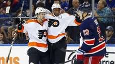 Wayne Simmonds #17 of the Philadelphia Flyers celebrates