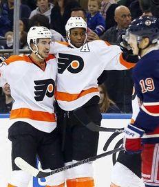Wayne Simmonds #17 of the Philadelphia Flyers celebrates