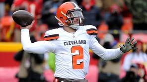 Cleveland Browns quarterback Johnny Manziel throws during