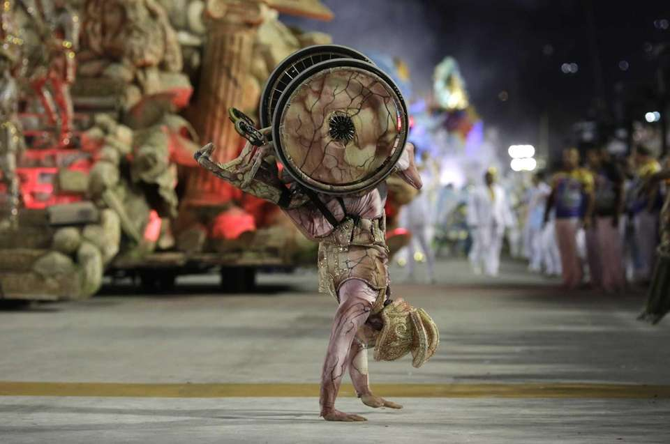 A performer on a wheelchair from Uniao da