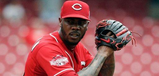 Cincinnati Reds relief pitcher Aroldis Chapman prepares