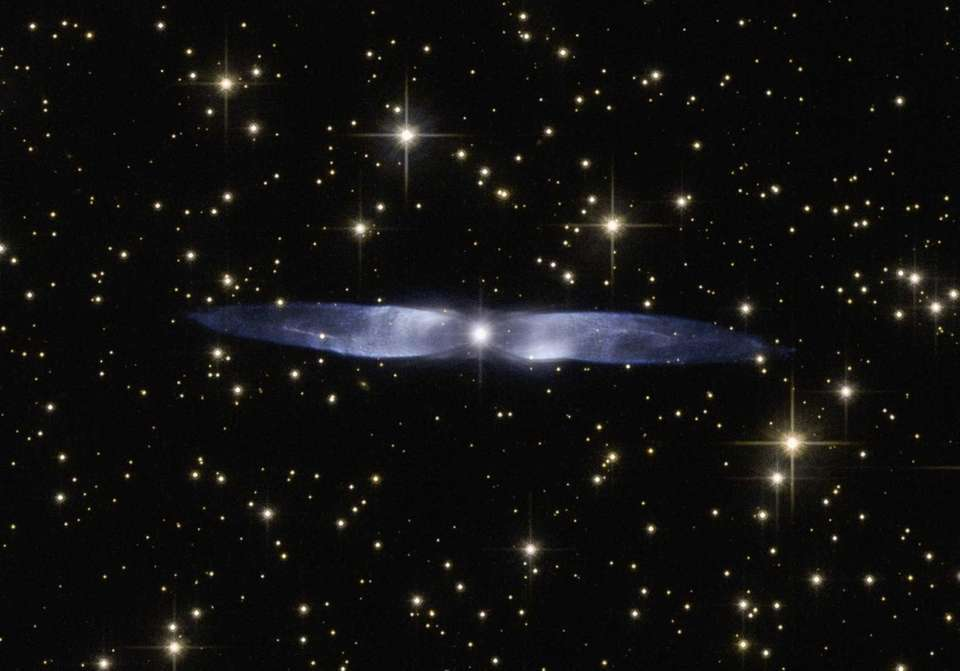 Spectacularly symmetrical wings of the planetary nebula Hen