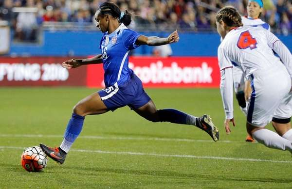United States forward Crystal Dunn (16) attempts a