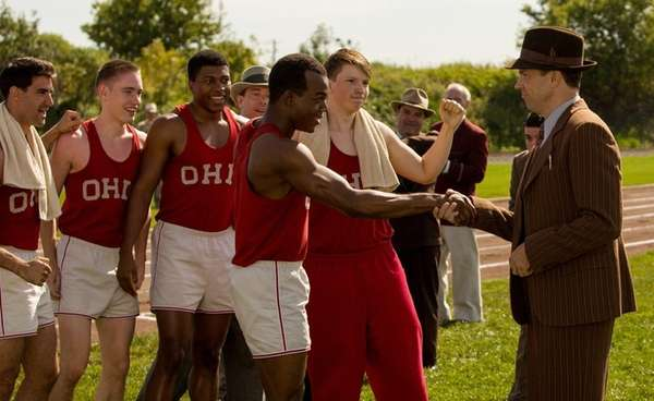 Stephan James, center, as Jesse Owens, and
