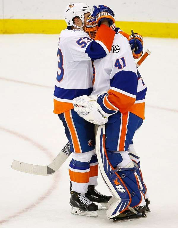 New York Islanders center Casey Cizikas, left, celebrates