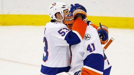 New York Islanders center Casey Cizikas, left, celebrates