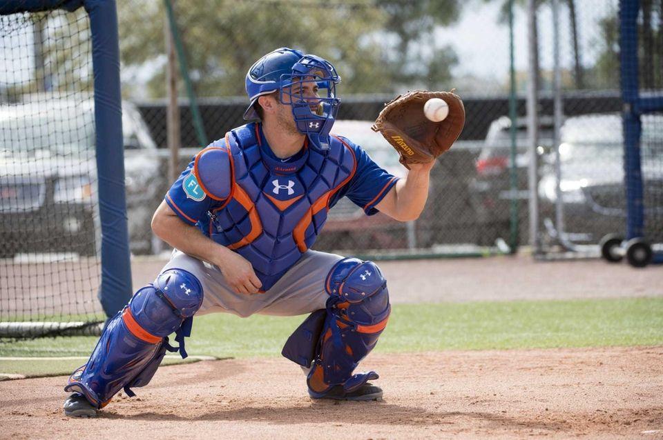 New York Mets catcher Travis d'Arnaud practices during