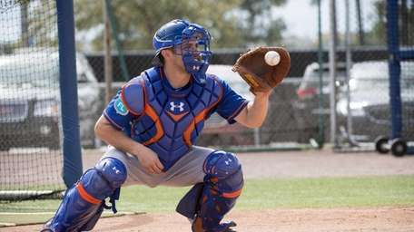 New York Mets catcher Travis d'Arnaud practices during
