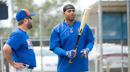 New York Mets outfielder Yoenis Cespedes talks to