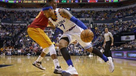 New York Knicks forward Carmelo Anthony, right, goes