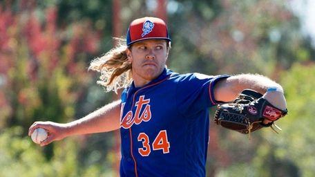 New York Mets pitcher Noah Syndergaard throws live