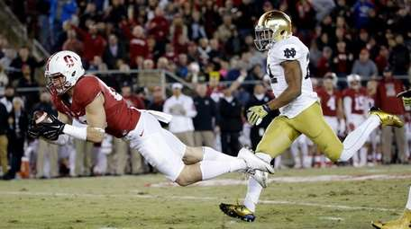 Stanford wide receiver Devon Cajuste, left, makes a