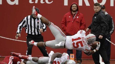 Ohio State's Ezekiel Elliott dives into the end