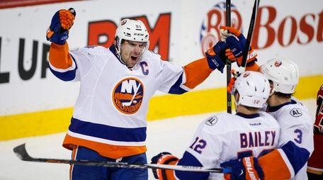 New York Islanders' John Tavares, left, celebrates
