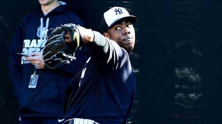 New York Yankees closer Aroldis Chapman throws