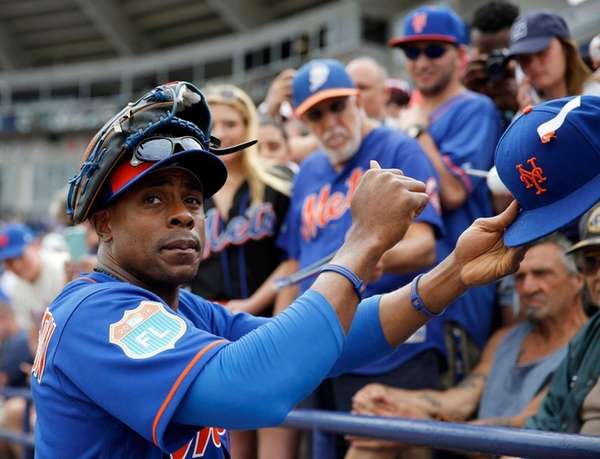 New York Mets' Curtis Granderson signs autographs for