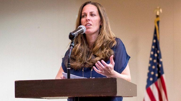 LI Opt Out leader Jeanette Deutermann addresses community