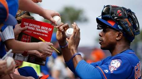 New York Mets rightfielder Curtis Granderson signs autographs