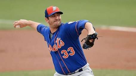 Matt Harvey of the New York Mets throws
