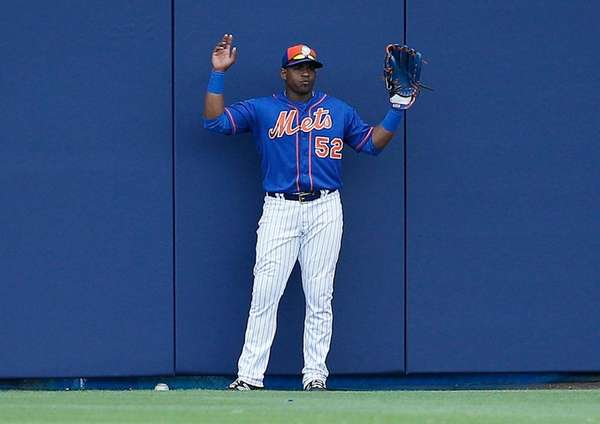 Mets centerfielder Yoenis Cespedes holds up his hands