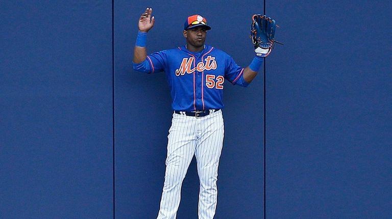 Mets centerfielder Yoenis Cespedes holds up his hands