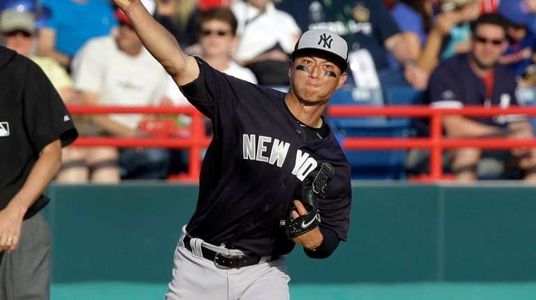 New York Yankees third baseman Rob Refsnyder throws