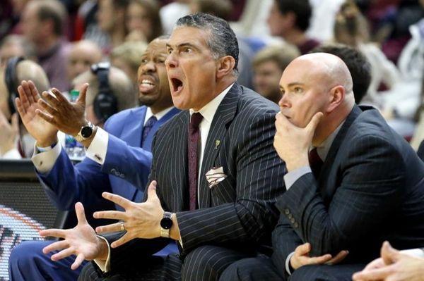 South Carolina head coach Frank Martin, center, reacts