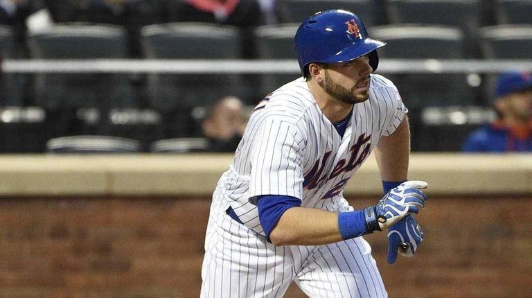 New York Mets catcher Kevin Plawecki runs on