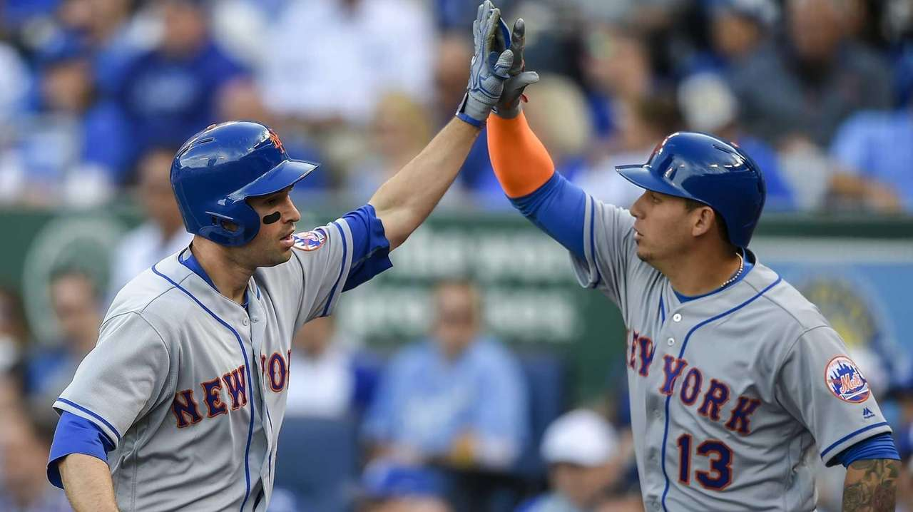 New York Mets second baseman Neil Walker celebrates