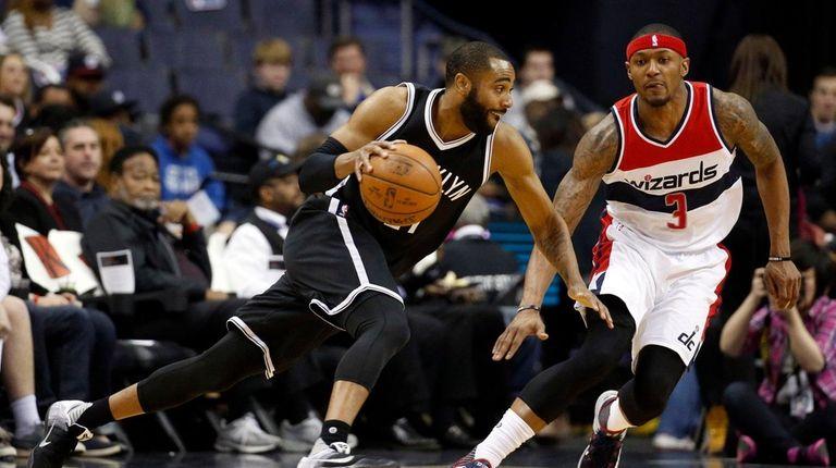 Brooklyn Nets guard Wayne Ellington works to get