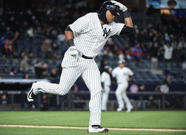New York Yankees second baseman Starlin Castro runs