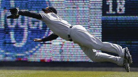 New York Yankees centerfielder Aaron Hicks (31) makes