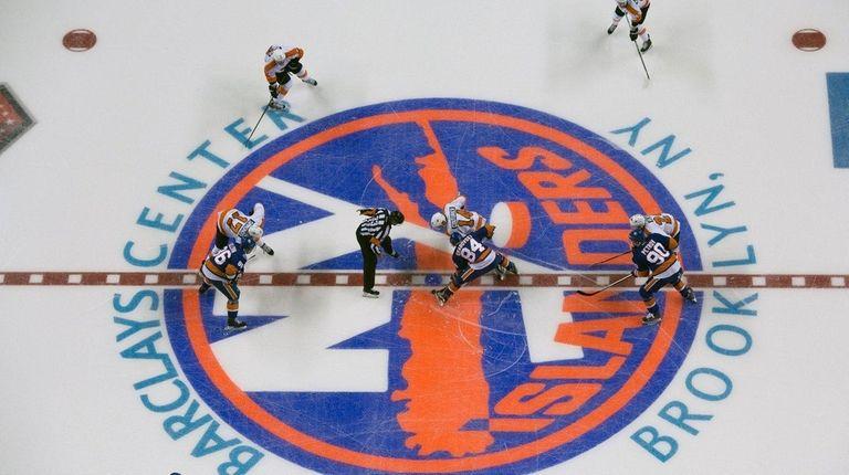 New York Islanders' Mikhail Grabovski and Philadelphia Flyers'