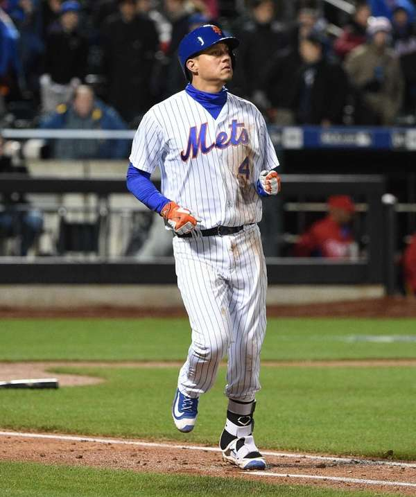 New York Mets third baseman Wilmer Flores looks